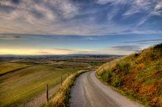 Caminho para a planície. Região da Toscana, Itália.  Fotografia: efilpera no Flickr.