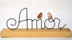 Escultura em arame com passarinhos de cerâmica em base de madeira. Essa madeira pode variar de tamanho e tonalidade de acordo com a disponibilidade R$ 54,00