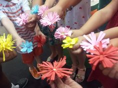 Taller infantil de creación de flores de papel (julio 2014).