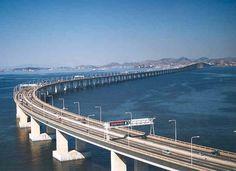 A ponte Rio Niterói é um marco da engenharia mundial. Uma das maiores pontes existentes no planeta, com 13 quilômetros de extensão e 70 metros de altura no vão central. Seu nome oficial é Ponte Presidente Costa e Silva e foi inaugurada em 1974. Desde então vem sendo o principal elo entre a capital carioca e a vizinha Niterói, no interior do Estado.