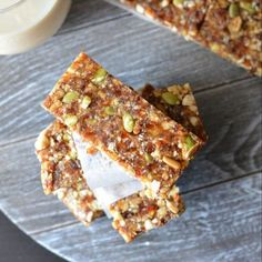 These no-bake date energy bar are loaded with natural ingredients like dates, walnut, almonds, and nuts like pumpkin seeds and sunflower seeds Healthy Granola Bars, Homemade Granola Bars, Healthy Bars, Healthy Vegan Snacks, Vegan Breakfast Recipes, Healthy Desserts, Muesli Bars, Healthy Sauces, Healthy Breakfasts