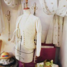 Veste pour la mariée romantique tout en soie et dentelle de Caudry lacée devant.Fait main.  Hand made - Roantic wedding dresses- Bridal