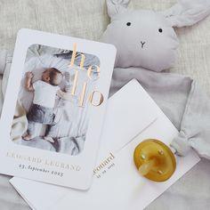 Hello - Geburtskarte aus hochwertigem Mattpapier mit Soft-Touch Effekt und Goldprägung. Verschickt Liebe! Baby Presents, Baby Gifts, Normal Birth, Birth Announcement Sign, New Baby Cards, Daughter Of God, Newborn Photography, Single Parenting, Wedding Cards