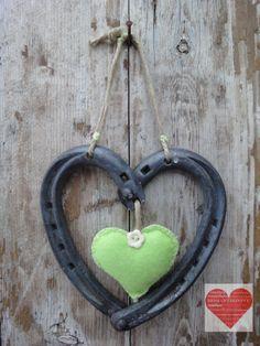 Cuore Portafortuna realizzato con ferri di cavallo nuovi e usati, decorazione a cuore in feltro finitura verde