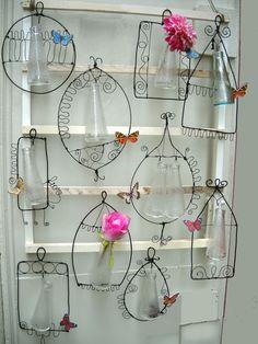 Di fiore in fiore    Da appenderein casa o in terrazzo, forme in filo di ferroe una piccola bottigliacome portafiori....   riciclo e dec...