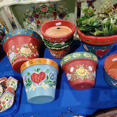 Tem muitas coisas lindas esperando por você!!!!! Parque Vila Germânica, Blumenau. Estaremos aqui até as 19:00h. #homeartsblumenau… Flower Vases, Flower Pots, Rosemaling Pattern, Decor Crafts, Diy Crafts, Painted Clay Pots, Clay Pot Crafts, Turkish Art, Pintura Country
