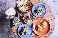 You definitely can't skip brunch during your vacation in Porto! Here's a list of some of our favorite spots for a delicious brunch in Porto. Porto Restaurant, Cocktails Bar, Brunch Places, Top Restaurants, Small Plates, Trip Advisor, Curry, Ethnic Recipes, Menu