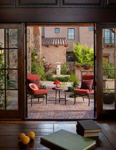 Die Terrasse besitzt einen Sitzbereich für zwei Personen im mediterranen Stil