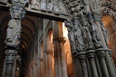 PÓRTICO DE LA GLORIA El Pórtico de la Gloria de la Catedral de Santiago de Compostela es un pórtico de estilo románico realizado por el Maestro Mateo y sus colaboradores (su obradoiro o taller) por encargo del rey de León Fernando II, quien donó a tal efecto cien maravedíes anuales,[1] entre 1168 y 1188, fecha esta última que consta inscrita en la piedra como indicativa de su finalización.  Antes de comenzar los trabajos del Pórtico, su taller terminó las naves de la Catedral teniendo para…