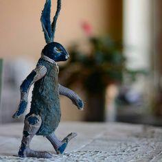 #добрыйвечер Здесь видно как заяц делает ̶н̶о̶г̶и̶ лапы, а мишку хоть и не видно на первой картинке, но он продолжает искать дом! Листаем!