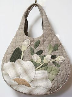 Discover thousands of images about Paty Shibuya: Craft Bags Handmade Purses, Handmade Handbags, Handmade Fabric Bags, Patchwork Bags, Quilted Bag, Bag Quilt, Japanese Bag, Embroidery Bags, Craft Bags