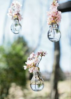 all in the details! These hanging flowers vases make are perfect wedding decor.It's all in the details! These hanging flowers vases make are perfect wedding decor. Budget Wedding, Wedding Table, Diy Wedding, Rustic Wedding, Wedding Venues, Wedding Flowers, Wedding Planning, Trendy Wedding, Wedding Hacks
