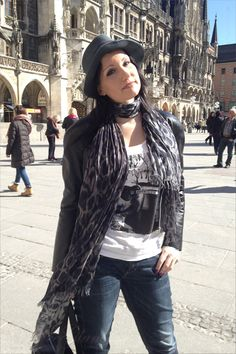 New look of the day: Munich City Fashion Style – Shirt, hat and high heels at Marienplatz