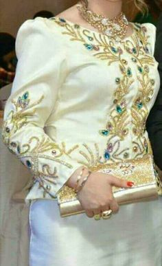 Karakou Algerois #algeriantraditionaldresses #Algérie #الجزائر #Algeria Embroidery Jewelry, Beaded Embroidery, Hand Embroidery, Arabic Dress, Church Fashion, Pink Bouquet, Dress Robes, Mode Style, Kebaya