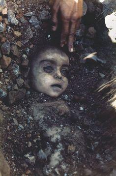 1984年 「Bhopal disaster (ボパール化学工場事故)」 世界最悪の化学工場事故と言われるボパール化学工場事故の犠牲になった子どもの遺体。
