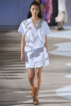 See the complete Cédric Charlier Spring 2016 Ready-to-Wear collection.