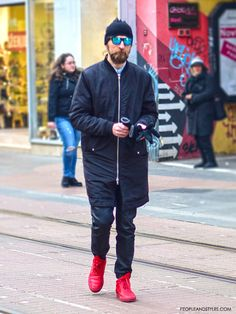 Guys, street style fashion, sneakers in style for men, simple, stylish and Mens Fashion Blazer, Preppy Mens Fashion, Mens Fashion Sweaters, Men Fashion Show, Style Fashion, 20 Years Old, Red Sneakers, Mens Clothing Styles, Beautiful