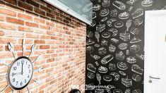 """Saiba como decorar um ambiente de maneira prática e rápida sem gastar muito! Terceiro episódio da série """"PROJETO CRIATIVO"""" A Imprimax forneceu espaço e materiais para que arquitetos e design de interiores esbanjassem sua criatividade, mostrando as possibilidades da utilização de vinil autoadesivos na decoração. Veja o projeto criado pela arquiteta e urbanista JANAINA BARBOSA E Design, Clock, Wall, Home Decor, Architects, Environment, Creativity, Watch, Decoration Home"""