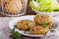 If you want to go meatless for game day, we have just the recipe. This veggie burger is perfect for grilling at tailgates or topping your salad. Kohl Steaks, Burger Buns, Tahini, Summer Recipes, Quinoa, A Food, Broccoli, Food Processor Recipes, Vegan Recipes