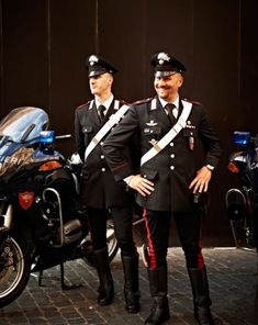 Italy's carabinieri are a military force responsible not only for community policing but for diplomatic security and overseas missions. Italian Police, Rome Food, Community Policing, Police Uniforms, Military Police, Men In Uniform, Mediterranean Style, Well Dressed Men, Attractive Men