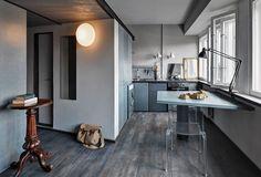 Дизайнер Андрей Фаббри получил эту квартиру в панельном доме 1970-х годов по наследству и обычно селит здесь друзей, приезжающих погостить из Италии (сам он наполовину русский, наполовину итальянец).