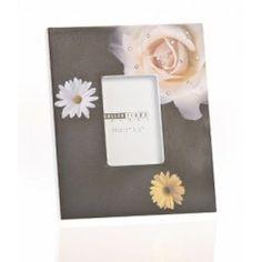 Bonito marco de fotos negro en madera, decorado con brillantes y flores.