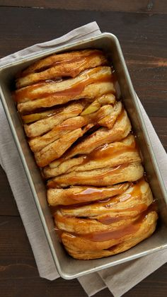 Apple Pie Pull-Apart Bread Recipe - We're all about pie for breakfast—especially when it looks this good and takes just 20 minutes to prep! Apple Bread, Apple Pie, Breakfast Recipes, Dessert Recipes, Breakfast Muffins, Bread Pudding With Apples, Pillsbury Recipes, Good Food, Yummy Food