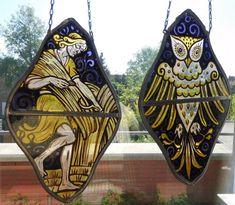 """Online veilinghuis Catawiki: Twee gebrandschilderde glas in lood raamhangers met voorstelling van respectievelijk """"Fladderende uil"""" en """"Landarbeider"""" mogelijk symbool voor de oogst"""