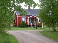 Holms Heagård Holm This charming red cottage is 15 minutes' drive from Halmstad city centre. The 125 m² cottage has a private, spacious garden with barbecue facilities and garden furniture.