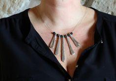 Collier+spatules+métalliques+martelées+et+perle+de+lave