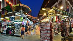 A panoramic long exposure of a street scene in Chinatown, with many souvenirs di… Eine Panorama-Langzeitbelichtung einer Straßenszene in Chinatown mit vielen Souvenirs Activities In Singapore, Souvenir Display, Bali, Long Exposure, After Dark, Night Life, Times Square, Street View, Scene
