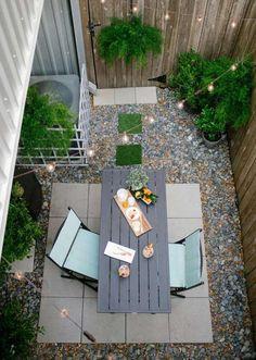 kleiner Garten mit Essbereich - Kies und Bodenfliesen