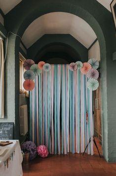 DIY Pastellrosa u. Blaue kreative Hochzeit - Burçin Memmedova - - DIY Pastellrosa u. Streamer Backdrop, Paper Backdrop, Backdrop Ideas, Backdrop Photobooth, Photo Backdrops, Diy Party Backdrop, Streamer Ideas, Booth Ideas, Diy Birthday Backdrop