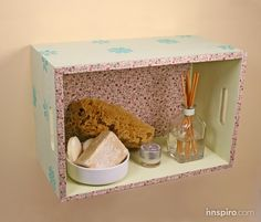 PASO A PASO: UN ESTANTE PARA TU HOGAR. Una simple caja de madera se puede transformar en un estante para tu hogar, un rinconcito de aromas que llenará el ambiente de buena armonía.