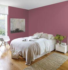 Schlafzimmer mit schönem Fußboden aus echtem Holz und Wände in Altrosa