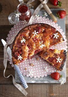 Υπέροχη και αφράτη, αυτή τη φραουλόπιτα μόλις τη φτιάξετε θα αφήσετε εποχή! #φράουλες #φραουλόπιτα