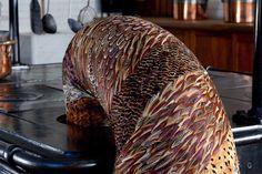 """KATE MCCGWIRE / Siebenunddreißig Ausstellungen in den letzten Jahren; ihre Werke schmücken Universitäten, Krankenhäuser, Ausstellungshallen und Galerien. Kate MccGwire lebt und arbeitet in der britischen Metropole London. Nachdem sie 2004 ihren Abschluss in Bildhauerei am """"Royal College of Art"""" absolvierte und zeitgleich die Auszeichnung """"Hair's-Breadth"""" für das Benutzen von Haaren in zeitgenössischer Kunst erhielt, arbeitet sie hauptsächlich mit Vogelfedern."""