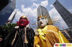 Parade budaya Betawi Ondel-ondel ikut meramaikan karnaval budaya nusantara di jalan Thamrin Jakarta.