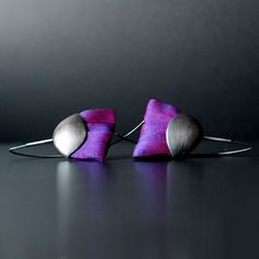 Unusual, eye-catching earrings. They are made of oxidized silver, assembled from spreading fan of silk taffeta in shades of fuchsia violet iridescent in .. Their total length is approx. 7 cm. The width of the range - 2 to 4 cm cm. Dimensions of silver scales - 3.3 to 1,7cm. The elegant and avant-garde.
