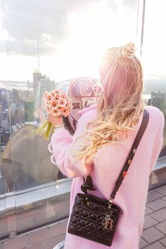 Flowers, love and New York skyline views at sunset on the Rockefeller Center I New York http://www.ohhcouture.com/2017/02/monday-update-43/ #ohhcouture #leoniehanne