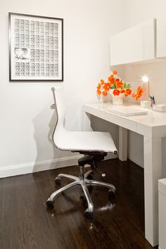 Love the bold simple tulips on this sleek desk Studio Apartment, Apartment Design, Interior Design Inspiration, Home Interior Design, Tulips, Poppies, Small Spaces, Chair, Cool Stuff
