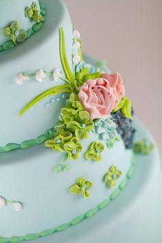 Buttercream flowers on fondant by Reva Alexander-Hawk #reva #details #fondx #caljava #icing #sweet #weddingcake