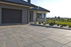 Płyty Romalit + palisady Uni Split w modnych odcieniach szarości Garage Doors, Patio, Outdoor Decor, Garden, Uni, Houses, Home Decor, Homes, Homemade Home Decor