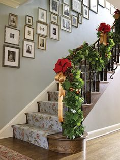 Decorating your staircase for a cheerful christmas 07 ~ Popular Living Room Design Christmas Interiors, Christmas Home, Christmas Ideas, Christmas Gingerbread, Holiday Fun, Holiday Ideas, Staircase Pictures, Christmas Stairs Decorations, Christmas Garlands