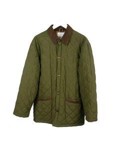 Abrigo verde acolchado con cuello de ante marrón.