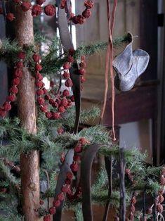 Christmas Porch, Prim Christmas, Merry Little Christmas, Green Christmas, Simple Christmas, Winter Christmas, Vintage Christmas, Christmas Things, Primitive Christmas Decorating