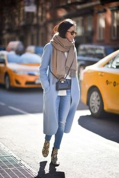 If you're on the hunt for a casual but also totaly stylish look, try pairing a light blue coat with blue ripped skinny jeans. A cool pair of yellow snake leather ankle boots is the simplest way to transform your outfit. Casual Winter Outfits, Spring Outfits, Outfit Winter, Outfit Summer, Brunch Outfit, Style Outfits, Mode Outfits, Look Fashion, Winter Fashion