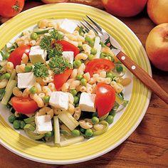 Fetamakaronisalaatti on vanhanajan pitopöytä salaatti kevennetymmällä kastikkeella ja fetajuustolla.
