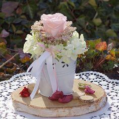 Zur Hochzeit gibt's tolle Deko Ideen zum Selbermachen, wie diese Tischdeko im Vintage Stil. Sehr charmant mit Birkenscheiben und rosa Accessoires.