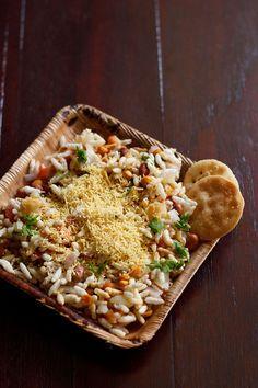 sukha bhel puri recipe is a popular street food of mumbai. sukha bhel puri is crisp, soft, tangy & spicy. bhel puri & sukha bhel puri are mumbai street food. Puri Recipes, Paneer Recipes, Indian Food Recipes, Diwali Recipes, Paratha Recipes, Mumbai Street Food, Indian Street Food, Bhel Puri Recipe, Indian Appetizers
